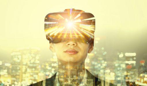 Mann med VR-briller ser på bygninger